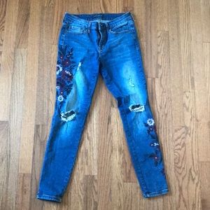 Distressed Skinny Jeans Embroidered with Flowers
